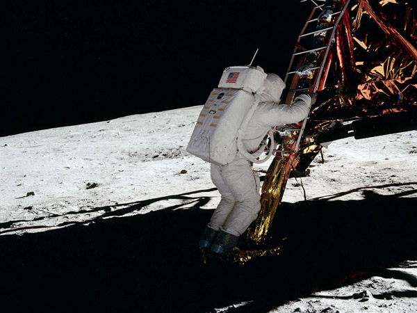 Apollo 11 Aldrin descends ladder